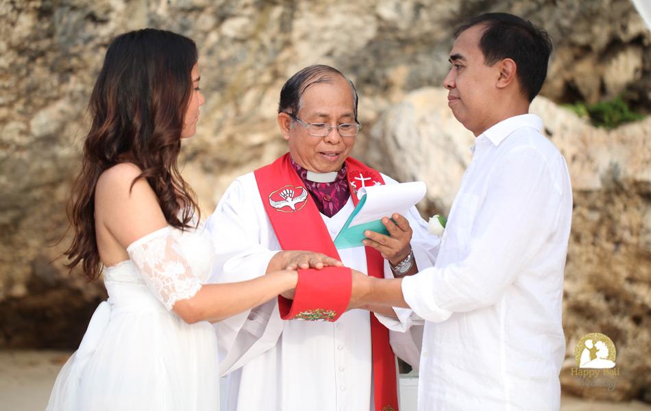 happy wedding couple in balangan beach - bali wedding